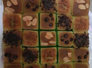 Bolu Tape Pandan menggunakan topping kacang almond, ceres, keju, dan chocolate chips.
